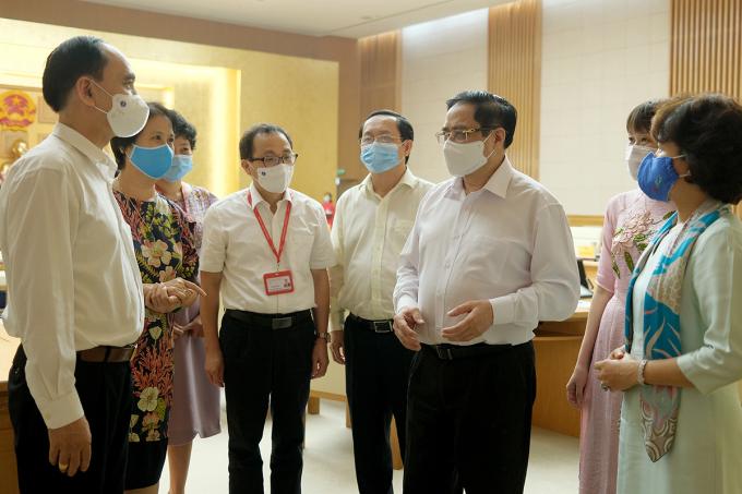 Thủ tướng Phạm Minh Chính (thứ ba từ phải qua) trao đổi với các đại biểu tham dự cuộc làm việc sáng 7/6. Ảnh: VGP/Quang Hiếu.