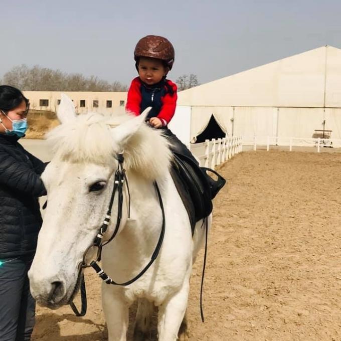 Bé Tôm trong buổi học cưỡi ngựa hồi tháng 3 ở Bắc Kinh. Ảnh: Đoàn Thị Quỳnh.
