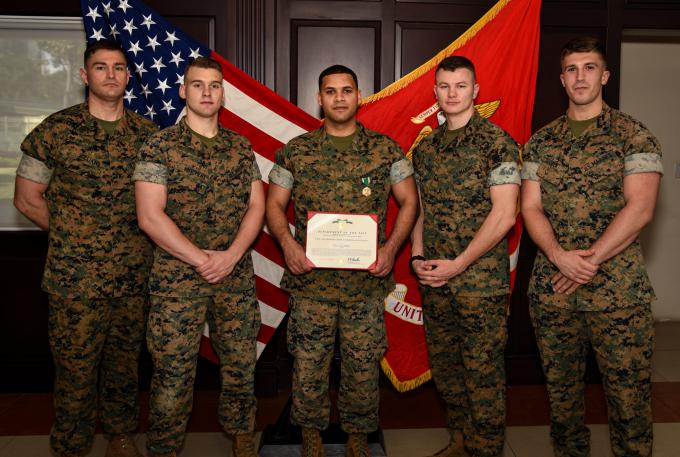 Trung sĩ Carey De Freitas (giữa) được trao huân chương. Ảnh: Tổng lãnh sự quán Mỹ tại TP.HCM.