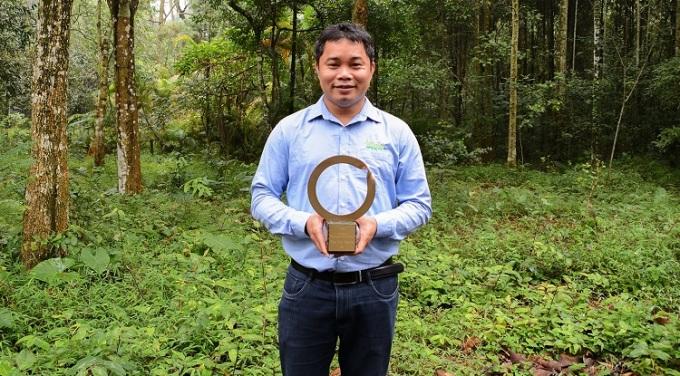 Ông Thái cầm trên tay chiếc cúp hình con rắn tự nuốt đuôi mình, biểu tượng về sức mạnh của sự tái tạo của thiên nhiên. Ảnh: SVW.