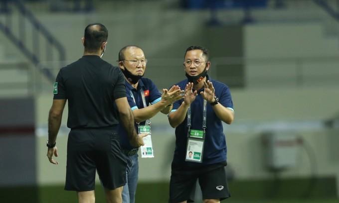 HLV Park khiếu nại với trọng tài bàn về một tình huống trong trận Việt Nam thắng Indonesia 4-0. Ảnh: Lâm Thỏa.