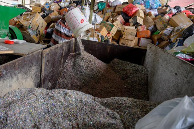 Rác thải nhựa được xử lý và cát thành những mảnh nhỏ. Ảnh: AFP.
