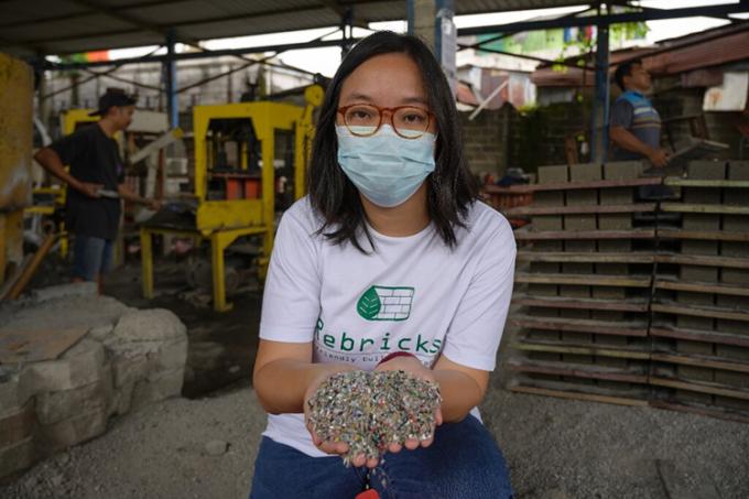 Novita Tan, đồng sáng lập công ty tái chế Rebrick. Ảnh: AFP.
