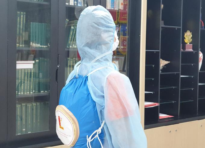 Y bác sĩ có thể sử dụng áo làm mát một cách thuận tiện với lớp áo mặc trong đồ bảo hộ và balo đeo bên ngoài. Ảnh: Nhân vật cung cấp.