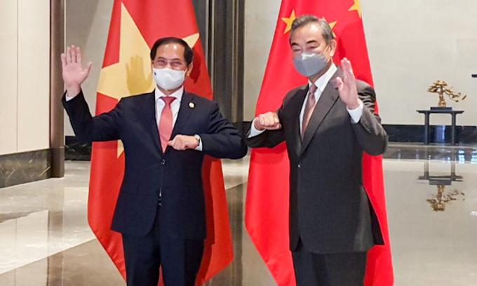 Bộ trưởng Ngoại giao Bùi Thanh Sơn (trái) và Ngoại trưởng Trung Quốc Vương Nghị trong cuộc gặp tại Trùng Khánh, Trung Quốc, hôm nay. Ảnh: Bộ Ngoại giao.