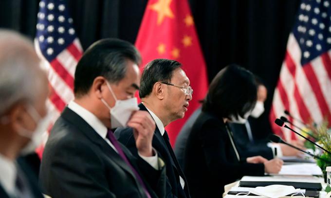 Nhà ngoại giao Dương Khiết Trì (giữa), Ngoại trưởng Vương Nghị và phái đoàn Trung Quốc trong cuộc gặp với Mỹ ở Anchorage, Alaska hôm 18/3. Ảnh: AFP.