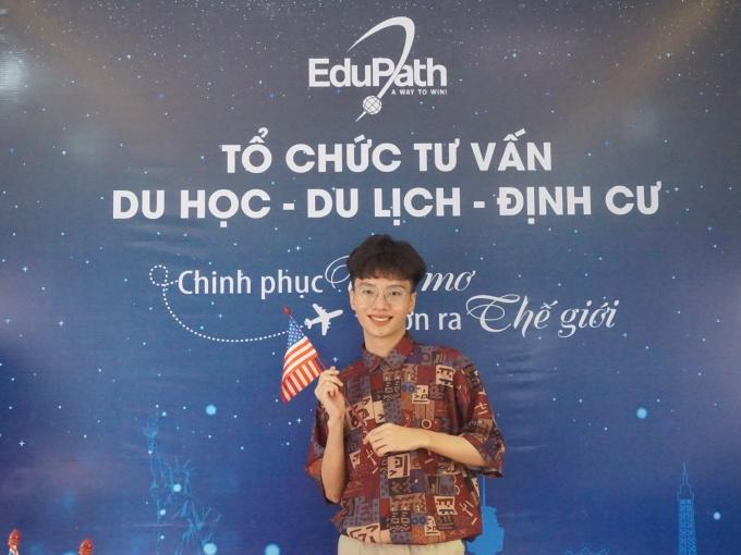 Lê Thành Long trong ngày nhận visa du học Mỹ.