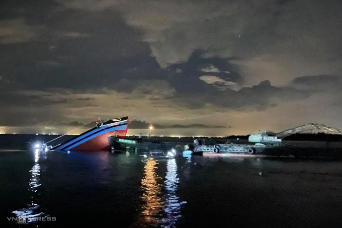 Tàu cá bị chìm ở cửa biển Thuận An. Ảnh: Võ Thạnh