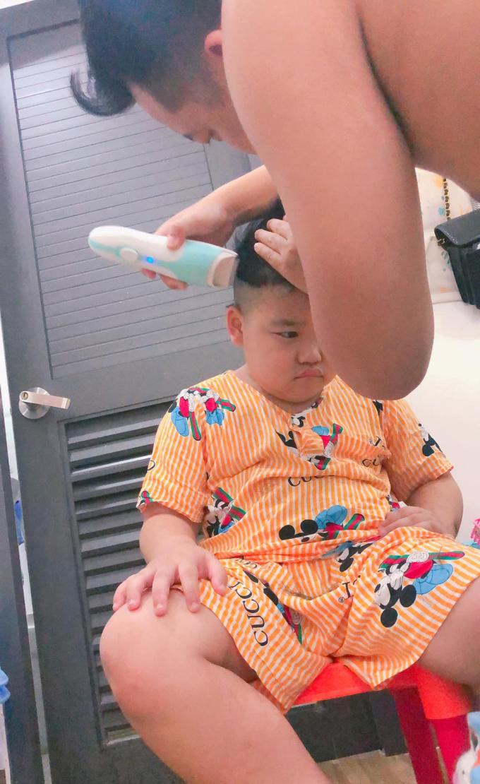 Bé trai hoang mang khi được bố cắt tóc - 6