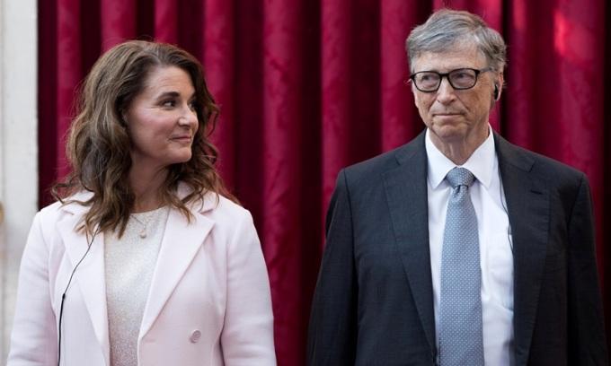 Bill Gates và vợ Melinda nghe bài phát biểu của cựu tổng thống Pháp Francois Hollande, trước khi được trao tặng Huân chương Bắc đẩu Bội tinh tại Cung điện Elysee ở Paris, Pháp, tháng 4/2017. Ảnh:Reuters.
