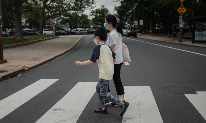 Mandy Lin và con trai tại thành phố Philadelphia, bang Pennsylvania, Mỹ. Ảnh: NY Times.