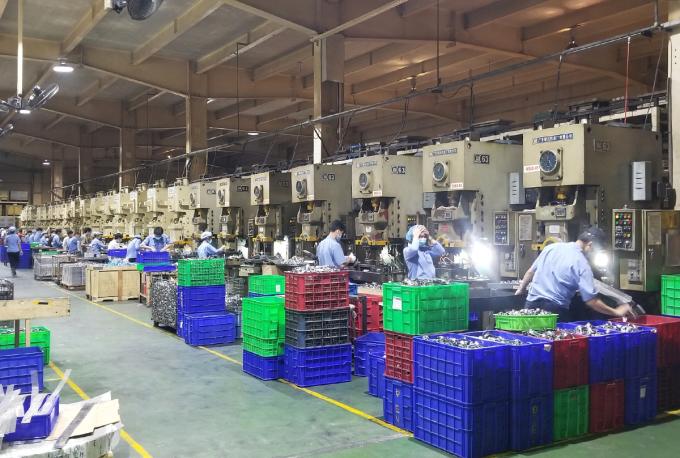 Có kế hoạch chuẩn bị trước nên dù có ca nhiễm nhưng Công ty cổ phần thiết bị nhà bếp Vina vẫn bảo đảm hoạt động sản xuất. Ảnh: Thanh Phổ.