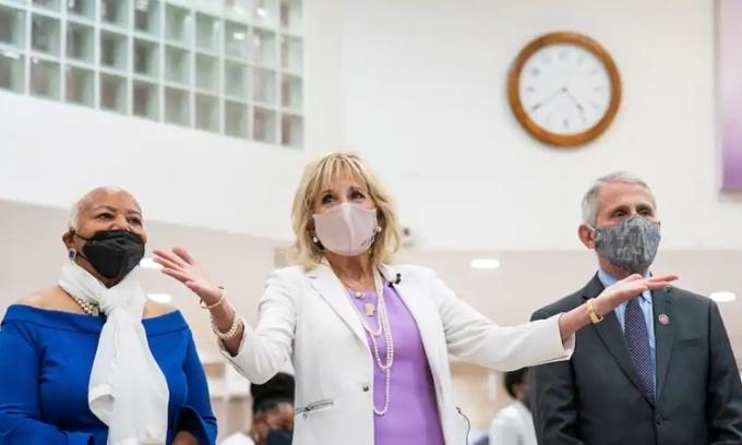 Đệ nhất phu nhân Jill Biden (giữa) tới thăm trung tâm tiêm chủng tại nhà thờ Baptist Abyssinian ở Harlem, thành phố New York, ngày 6/6. Ảnh: Reuters.