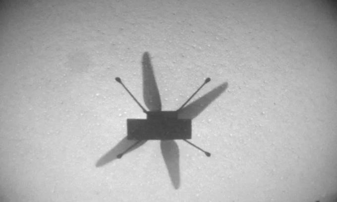 Trực thăng Ingenuity chụp ảnh bóng của chính nó từ camera định vị trong chuyến bay thứ 7 hôm 8/6. Ảnh: NASA.