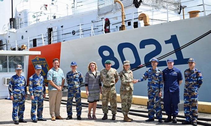 Bộ Tư lệnh Ấn Độ Dương - Thái Bình Dương Mỹ chào đón thủy thủ đoàn tàu CSB 8021 tại Honolulu, Hawaii hôm 9/6. Ảnh: ĐSQ Mỹ.