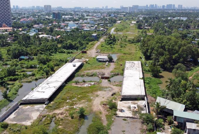 Đường nối từ Phạm Văn Đồng đến nút giao Gò Dưa (TP Thủ Đức) thuộc Vành đai 2 TP HCM đang dang dở, hồi cuối năm 2020. Ảnh: Gia Minh.