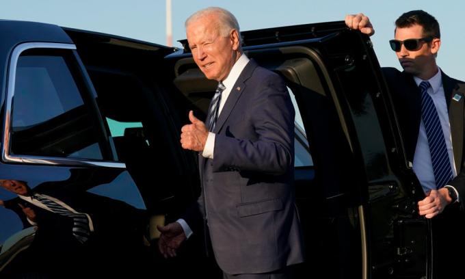 Tổng thống Joe Biden tại căn cứ Royal Air Force Mildenhall ở Suffolk, Anh ngày 9/6. Ảnh: AP.
