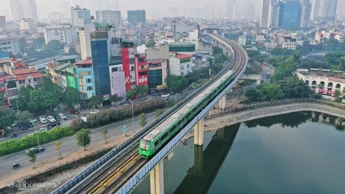 Đoàn tàu chạy thử qua hồ Hoàng Cầu cuối năm 2020. Ảnh: Giang Huy.