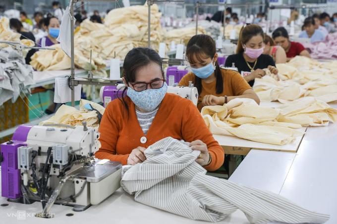 Công nhân một doanh nghiệp dệt may tại TP HCM sản xuất áo xuất khẩu, tháng 9/2020. Ảnh: Quỳnh Trần.