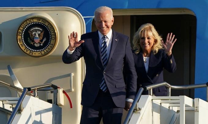 Tổng thống Mỹ Joe Biden và phu nhân đáp xuống sân bay bên trong căn cứ quân sự RAF Mildenhall, Anh, ngày 9/6. Ảnh: AP.