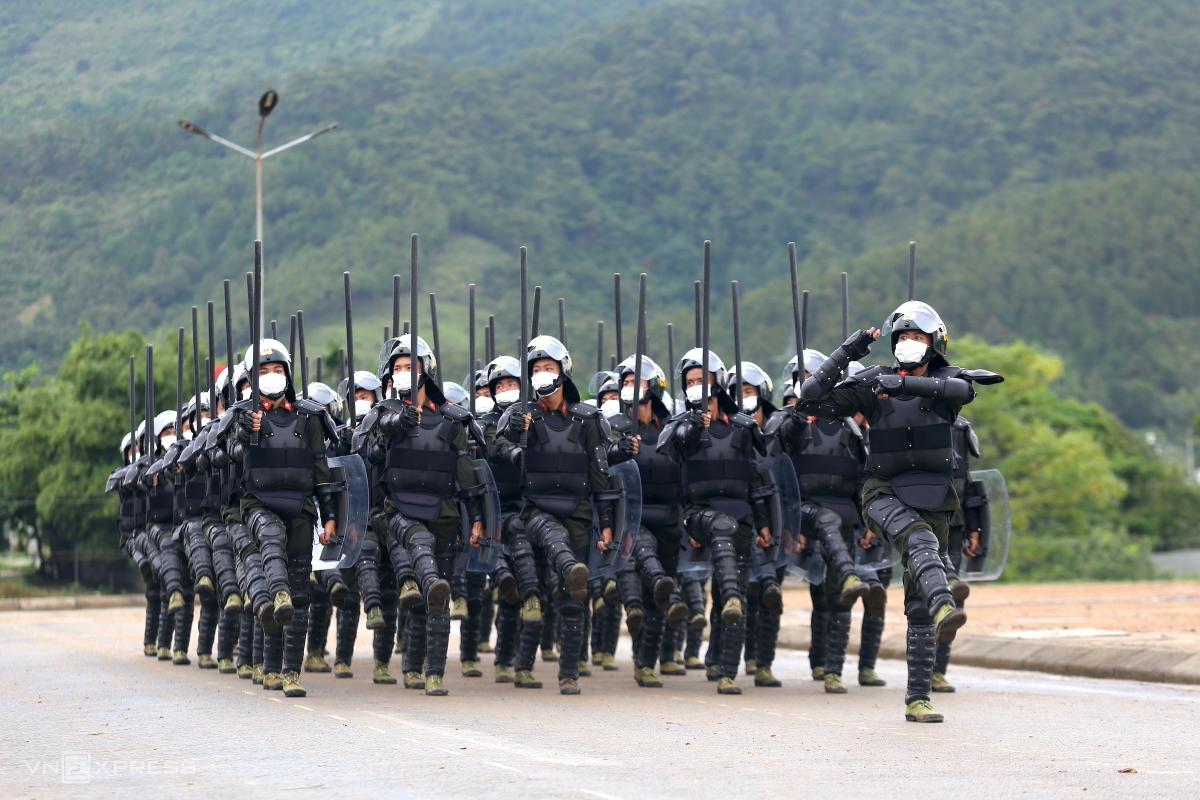 Hơn 1.500 cảnh sát biểu diễn bắn súng, trấn áp bạo loạn