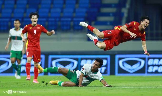 Pha bóng kiến Tuấn Anh dính chấn thương ở cổ chân trong trận Việt Nam thắng Indonesia 4-0 hôm 7/6. Ảnh: Lâm Thoả