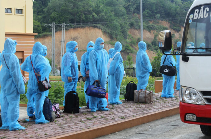 Các công nhân người Lạng Sơn được đưa về quê ngày 10/6. Ảnh: bacgiang.gov.vn