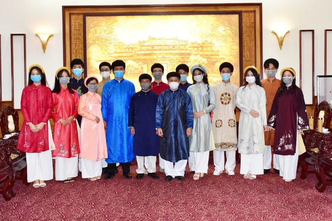 Đoàn học sinh chụp ảnh lưu niệm với Chủ tịch tỉnh Thừa Thiên Huế. Ảnh: Ngọc Minh