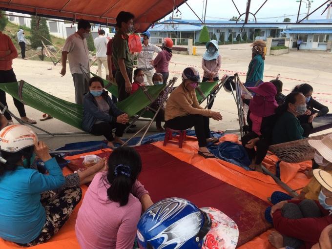 Người dân dựng lều trước cổng nhà máy thép Hòa Phát Dung Quất để phản đối ô nhiễm, yêu cầu tái định cư sớm, chiều 12/6. Ảnh: Phạm Linh.