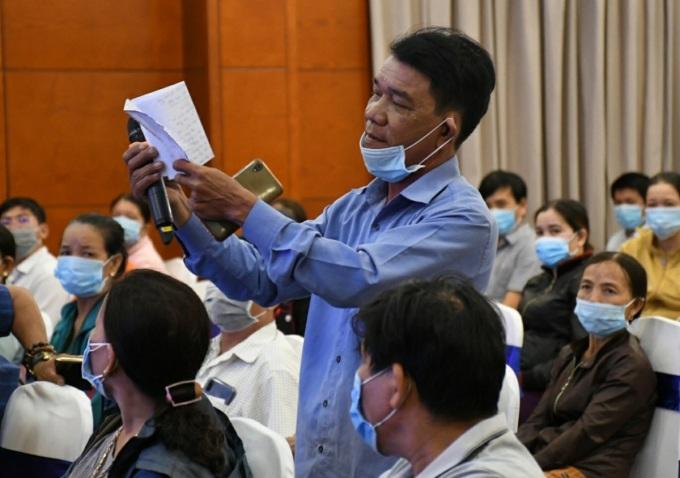Người dân phản ánh tình trạng ô nhiễm khi sống cạnh nhà máy thép và yêu cầu tái định cư sớm. Ảnh: Phạm Linh.