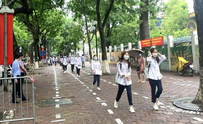 Thí sinh đi giãn cách vào điểm thi trường THPT Phan Đình Phùng sáng 12/6. Ảnh: Ngọc Thắng.