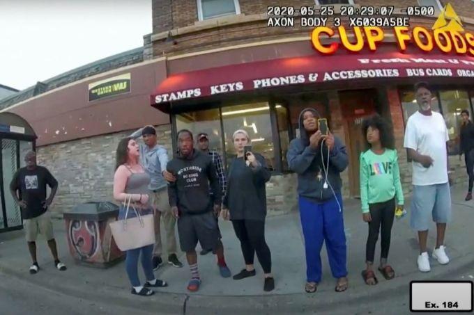 Darnella Frazier (thứ ba từ phải sang) quay video cảnh sát giết George Floyd ngày 25/5/2020. Ảnh: Cảnh sát Minneapolis.