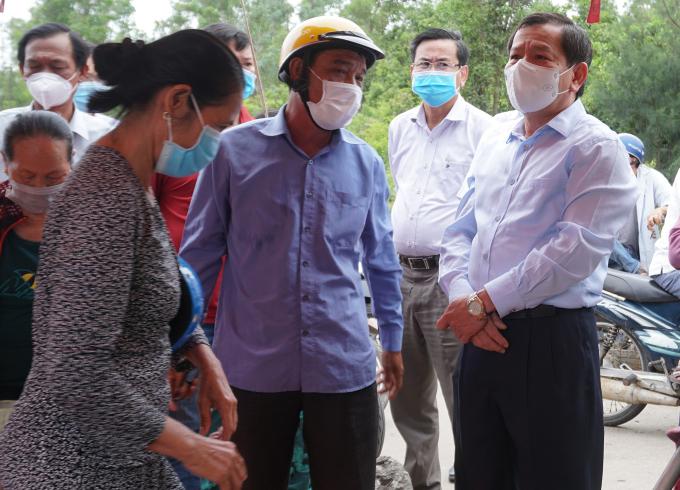 Chủ tịch Quảng Ngãi thăm khu dân cư bên hông nhà máy thép. Ảnh: Phạm Linh