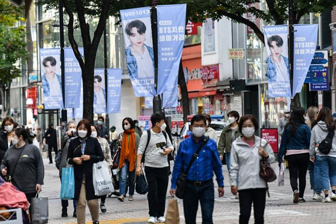 Đường phố Seoul treo đầy áp phích quảng cáo nhóm nhạc nam nổi tiếng BTS. Ảnh: AFP.