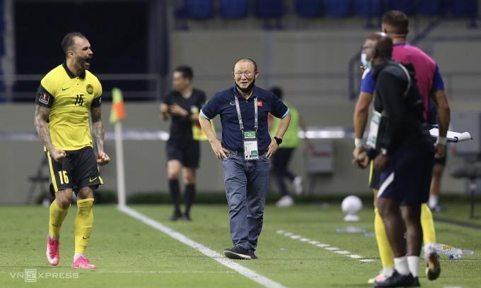 HLV Park Hang-seo tỏ ra bình thản sau khi De Paula gỡ hoà cho Malaysia. Ảnh: Lâm Thoả