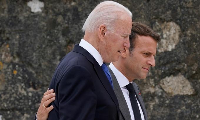 Tổng thống Mỹ Joe Biden và Tổng thống Pháp Emmanuel Macron nói chuyện sau khi chụp ảnh chung với các khách mời khác tại hội nghị thượng đỉnh G7 ở Cornwall, Anh, hôm 11/6. Ảnh: AP.