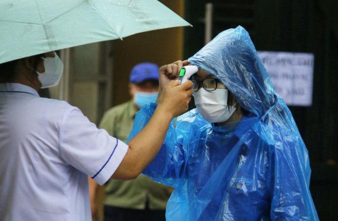Thí sinh được nhiệt độ ở điểm thi trường THPT Phan Đình Phùng, 6h45 sáng 12/6. Ảnh: Thanh Hằng