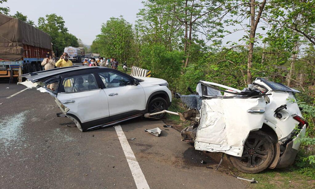 Ôtô vỡ làm đôi, ba người thiệt mạng