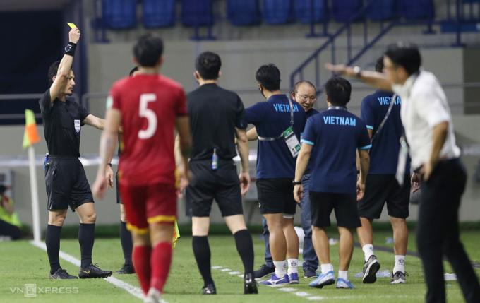 HLV Park Hang-seo nhận thẻ vàng khi lao ra tranh cãi với cầu thủ Malaysia khi họ phạm lỗi với Hồng Duy ở hiệp hai. Ảnh: Lâm Thoả