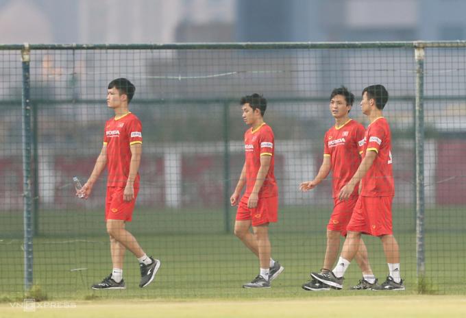 Nguyễn Tuấn Anh (thứ hai từ phải sang) đi bộ tập tễnh trên sân tập. Ảnh: Lâm Thoả
