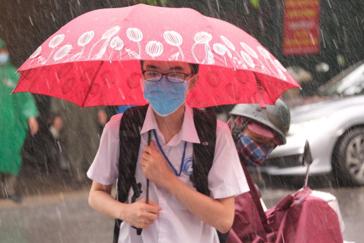 Sĩ tử Hà Nội đi thi trong mưa bão