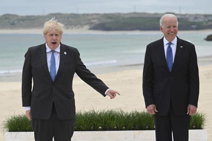 Thủ tướng Anh Boris Johnson (trái) và Tổng thống Mỹ Joe Biden tại hội nghị G7 ở Anh ngày 11/6. Ảnh: AFP.