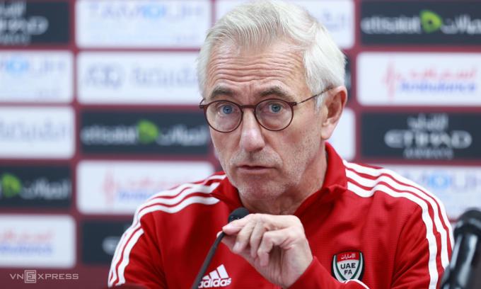 HLV Van Marwijk trả lời các câu hỏi của truyền thông trong cuộc họp báo tại sân Zabeel tối 14/6. Ảnh: Lâm Thoả