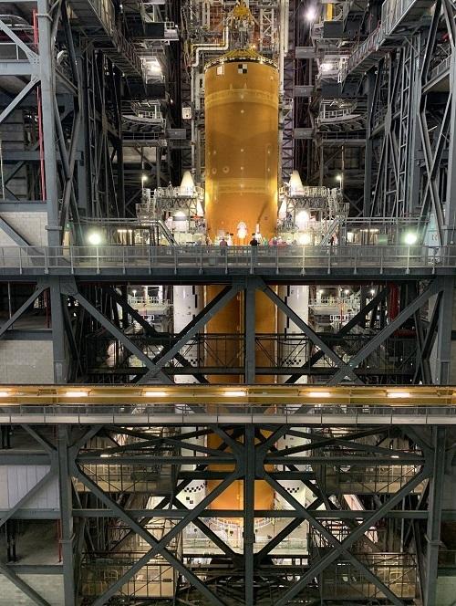 Hệ thống phóng không gian gồm tầng lõi và hai tên lửa đẩy nhiên liệu rắn. Ảnh: NASA.