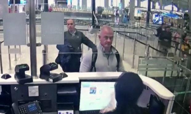 Michael Taylor (áo ghi) tại sân bay Istanbul ngày 31/12/2019. Ảnh: AP.