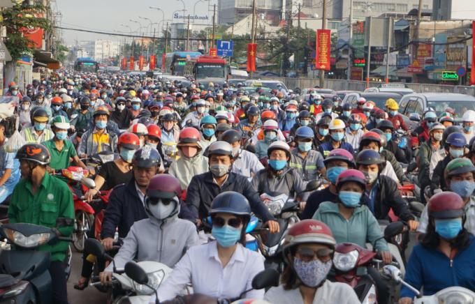 Ùn tắc trên quốc lộ 13 đoạn qua ngã tư Bình Triệu theo hướng vào trung tâm TP HCM, năm 2020. Ảnh: Gia Minh.