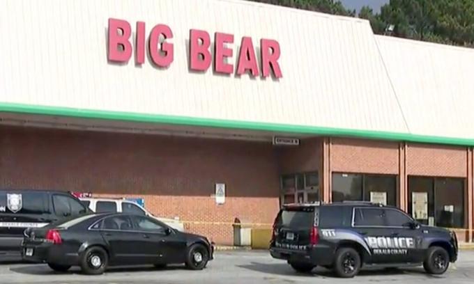 Hiện trường vụ nổ súng tại siêu thị Big Bear ở hạt DeKalb, bang Georgia, Mỹ, hôm 14/6. Ảnh: Fox.