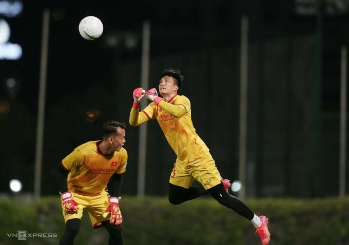 Thủ môn Nguyễn Văn Hoàng tập luyện cùng đội tuyển Việt Nam tại Dubai. Ảnh: Lâm Thoả.