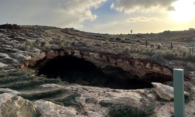 Hố sụt rộng 12 m xuất hiện trên bờ biển đá vôi ở miền nam Australia. Ảnh: District Council of Robe.