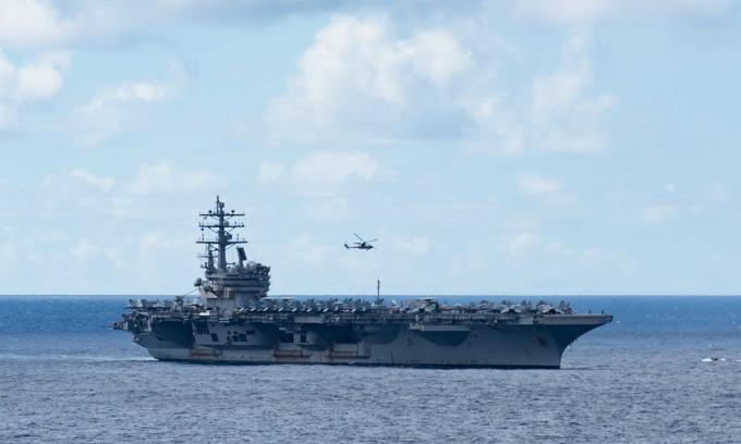 Tàu sân bay USS Ronald Reagan di chuyển trên Biển Philippines ngày 10/6. Ảnh: US Navy.